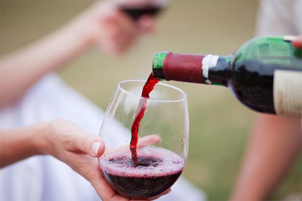 sommelier-vörösbor-töltés
