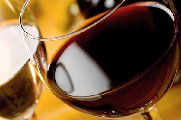 bor-és-fejfájás-egy-pohár-bor
